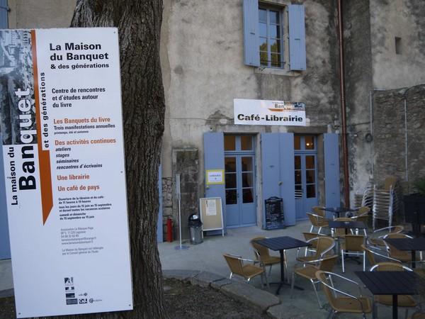 La terrasse du Café-Librairie de l'abbaye de Lagrasse